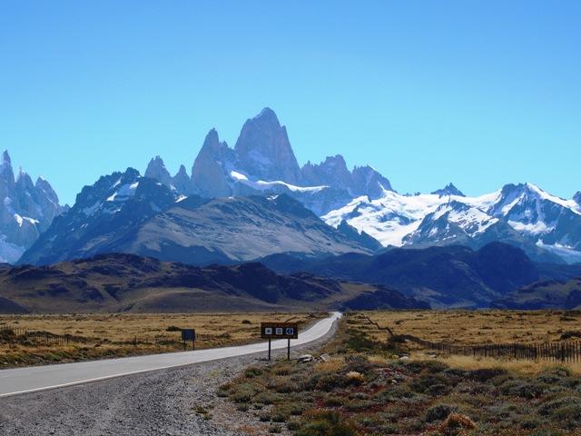 W dordze do El Chalten, Patagonia, Argentyna, w tle majestatyczny Fitz Roy
