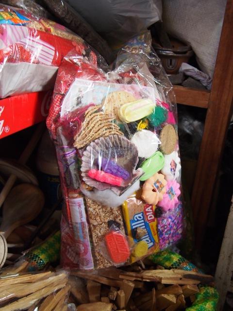 Dary dla Pachamamy, do nabycia na targu w Cusco, Peru